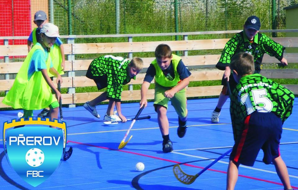 Školáci, nechcete se přes prázdniny nudit doma? Přijďte si zahrát ven florbal a další sporty!
