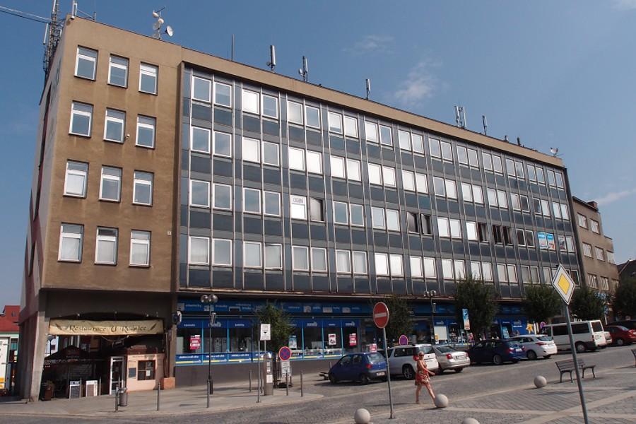 Radní chtějí koupit budovu Emosu na náměstí a přestěhovat do ní část magistrátu