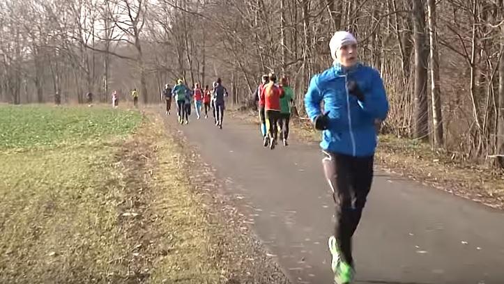 Grymovský zimní běh si podmanil domácí pořadatel a známá maratonkyně.