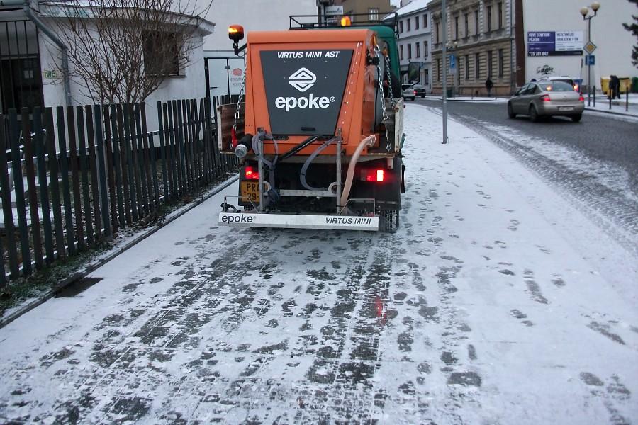 Vozovky a chodníky jsou namrzlé, meteorologové varují před náledím