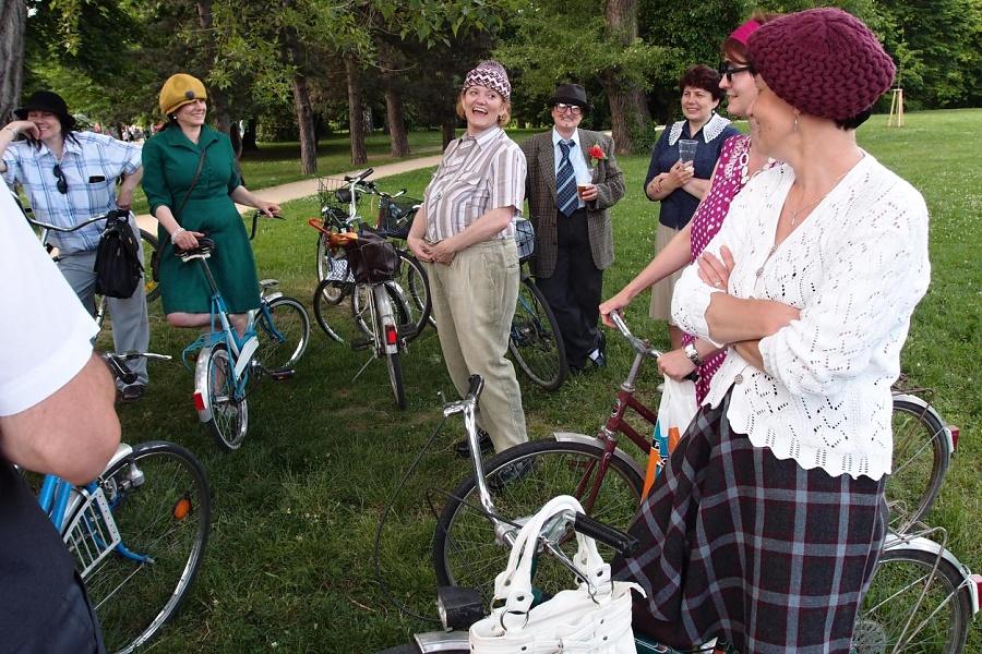Cyklisté v recesních kostýmech se společně projedou městem