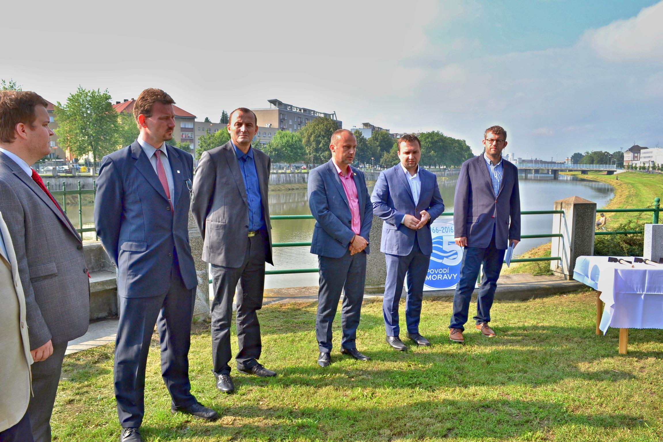 Ministr Jurečka v Přerově poklepal základní kámen protipovodňové zídky