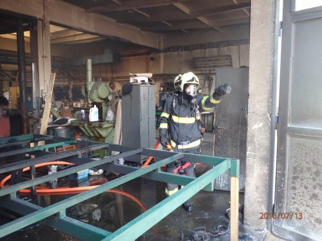 Foto: Hasiči likvidovali požár v autodílně