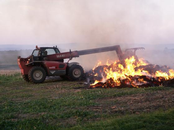Foto: V Újezdci hořely balíky slámy, dohašovat pomáhali dobrovolní hasiči