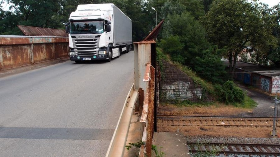 """Za tmy """"vyroste"""" nad železniční tratí v Přerově nová konstrukce pro most"""