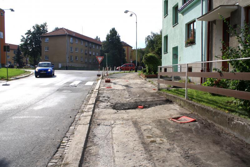 Oprava chodníků ve Vsadsku musela být zastavena, dělníci narazili na problém s podložím