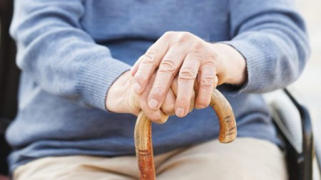 Seniora na ulici okradli o invalidní důchod