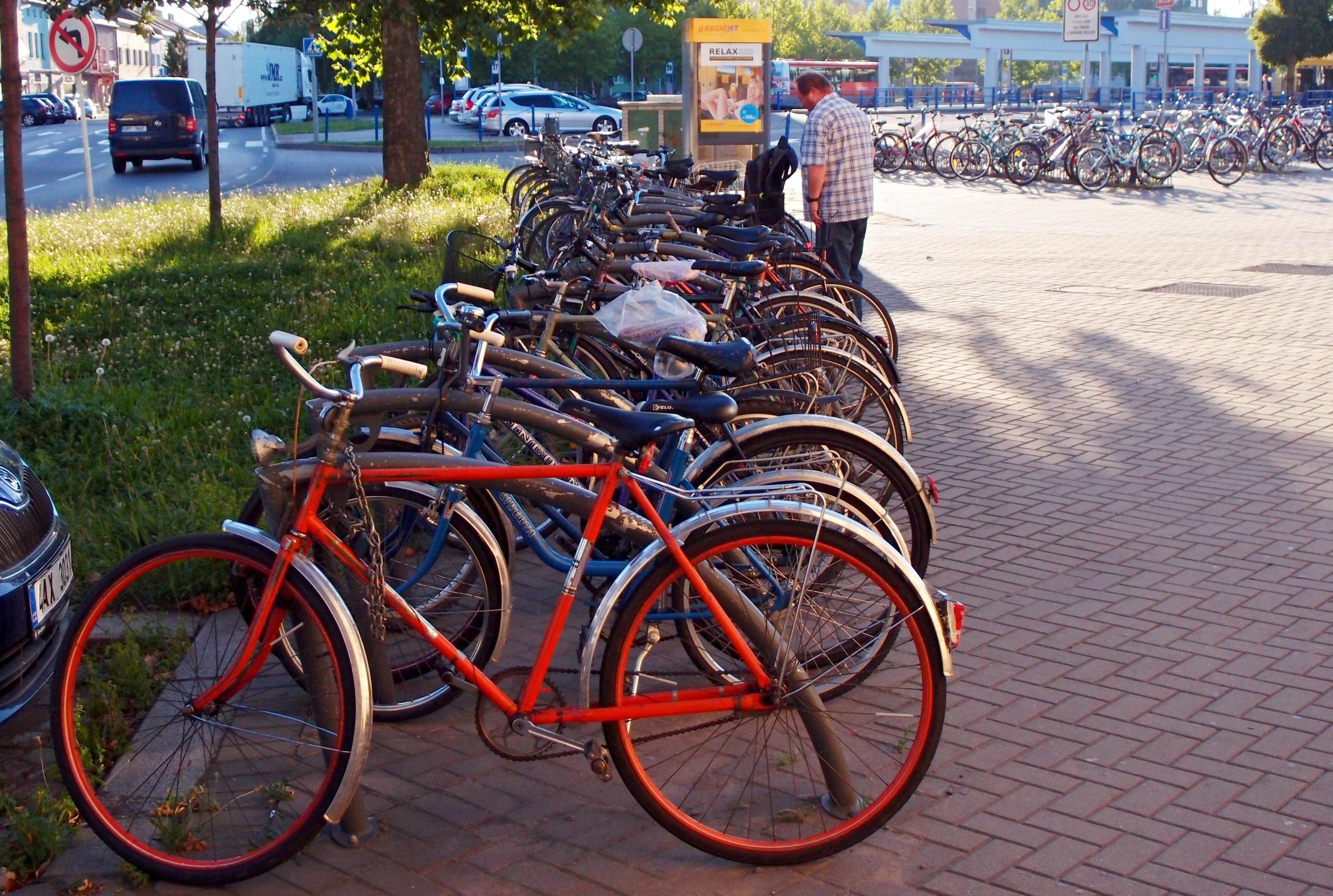 Stojany na kola před nádražím zmizí, s nimi i opuštěné cyklovraky