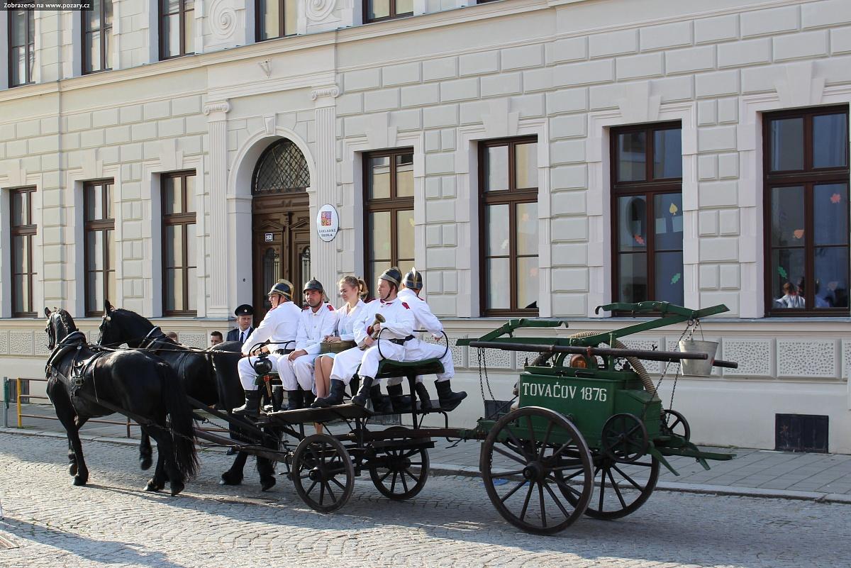 FOTO: Hasiči v Tovačově oslavili 140 let a dostali novou cisternu