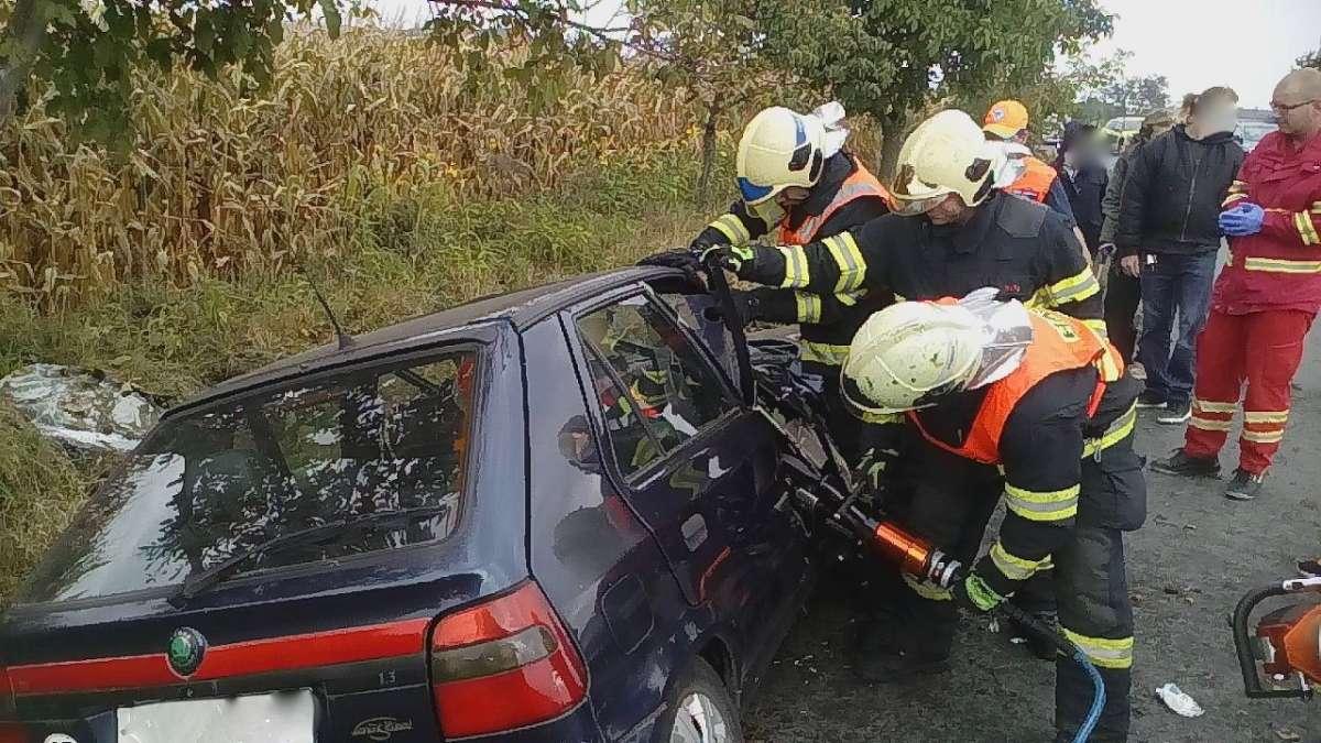 U Staré Vsi skončilo auto v příkopě, hasiči vyprošťovali spolujezdkyni