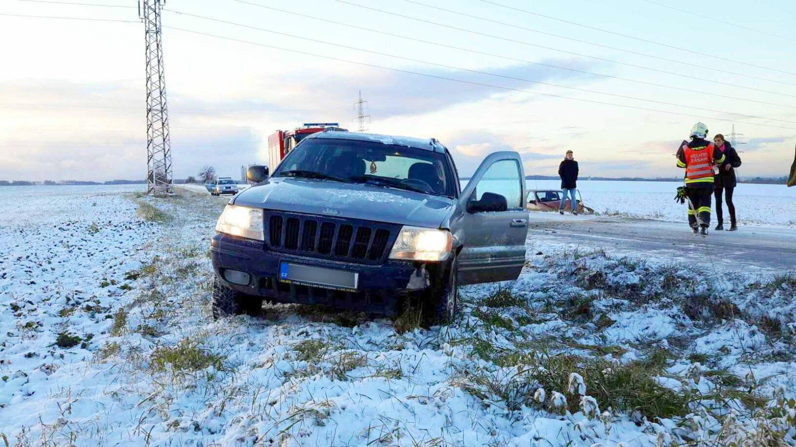 První sníh potrápil řidiče po celém kraji