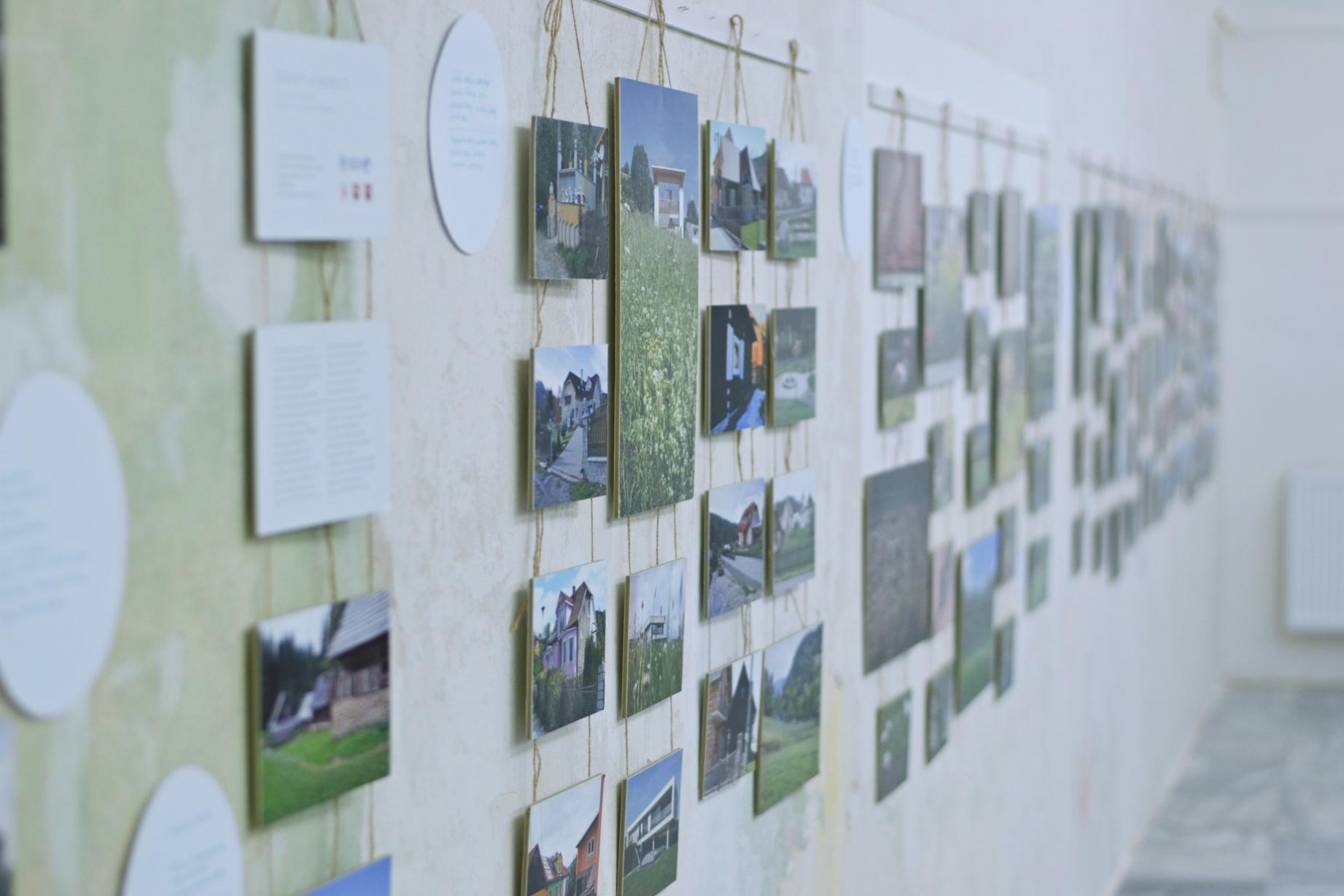Roubenky a trpaslíci – jak opravdu vypadá moderní vesnická architektura zachycuje výstava skupiny fotografů