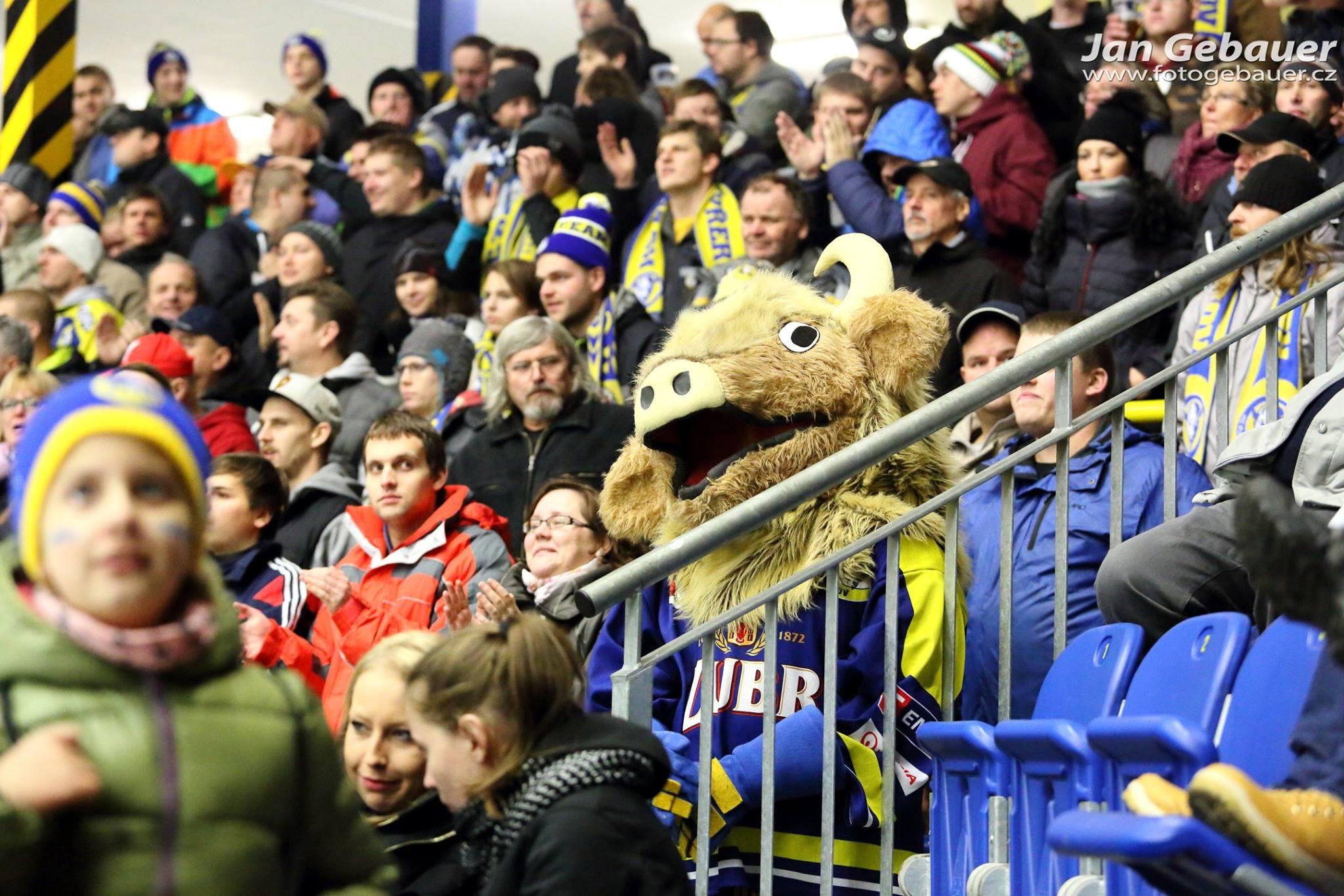 Na bezpečí při hokeji dohlíželo v sobotu přes 100 policistů