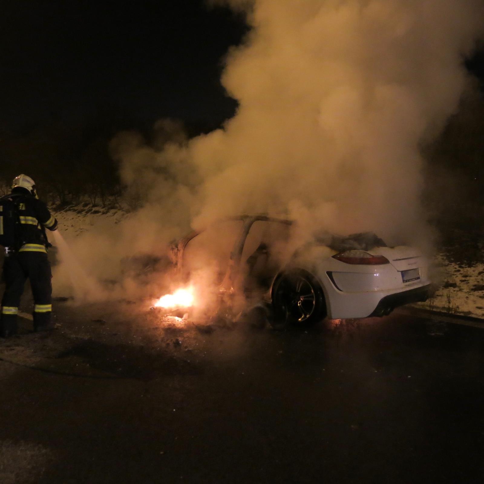 U Olomouce shořelo luxusní auto. Škoda je 3 miliony korun, z auta zbyl jen vrak