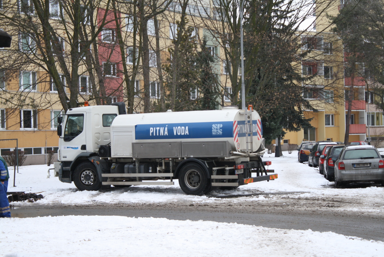 Domácnosti, školka, tenisová hala i nákupní centrum jsou bez vody, prasklo potrubí v Sokolské