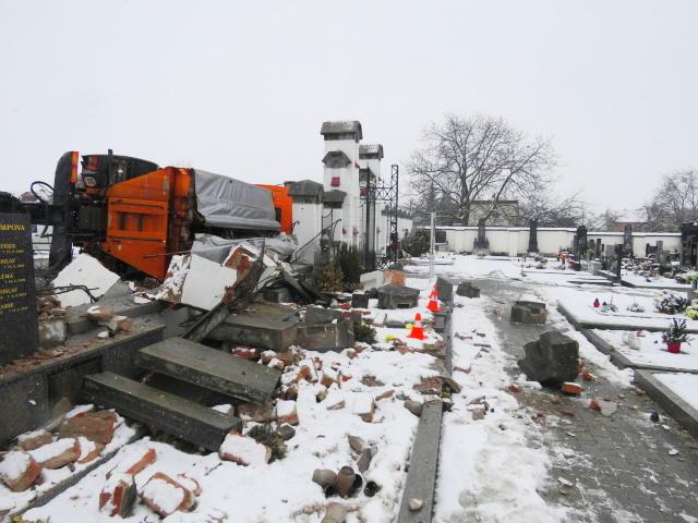 Sypač v Polkovicích smetl hřbitovní zeď, poškodil i pět hrobů