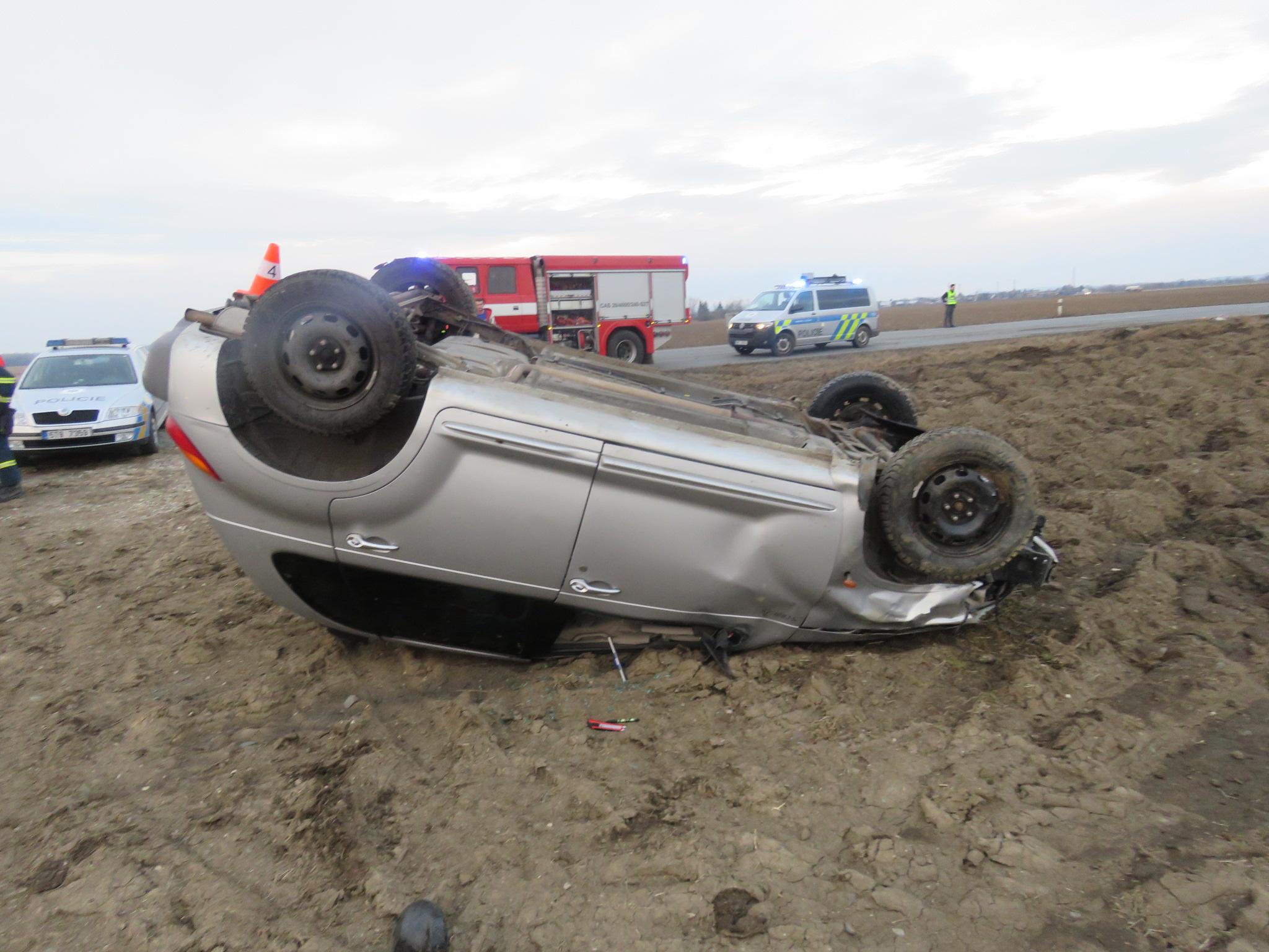 U Henčlova včera řidič obrátil auto na střechu, vyvázl jen s lehkým zraněním