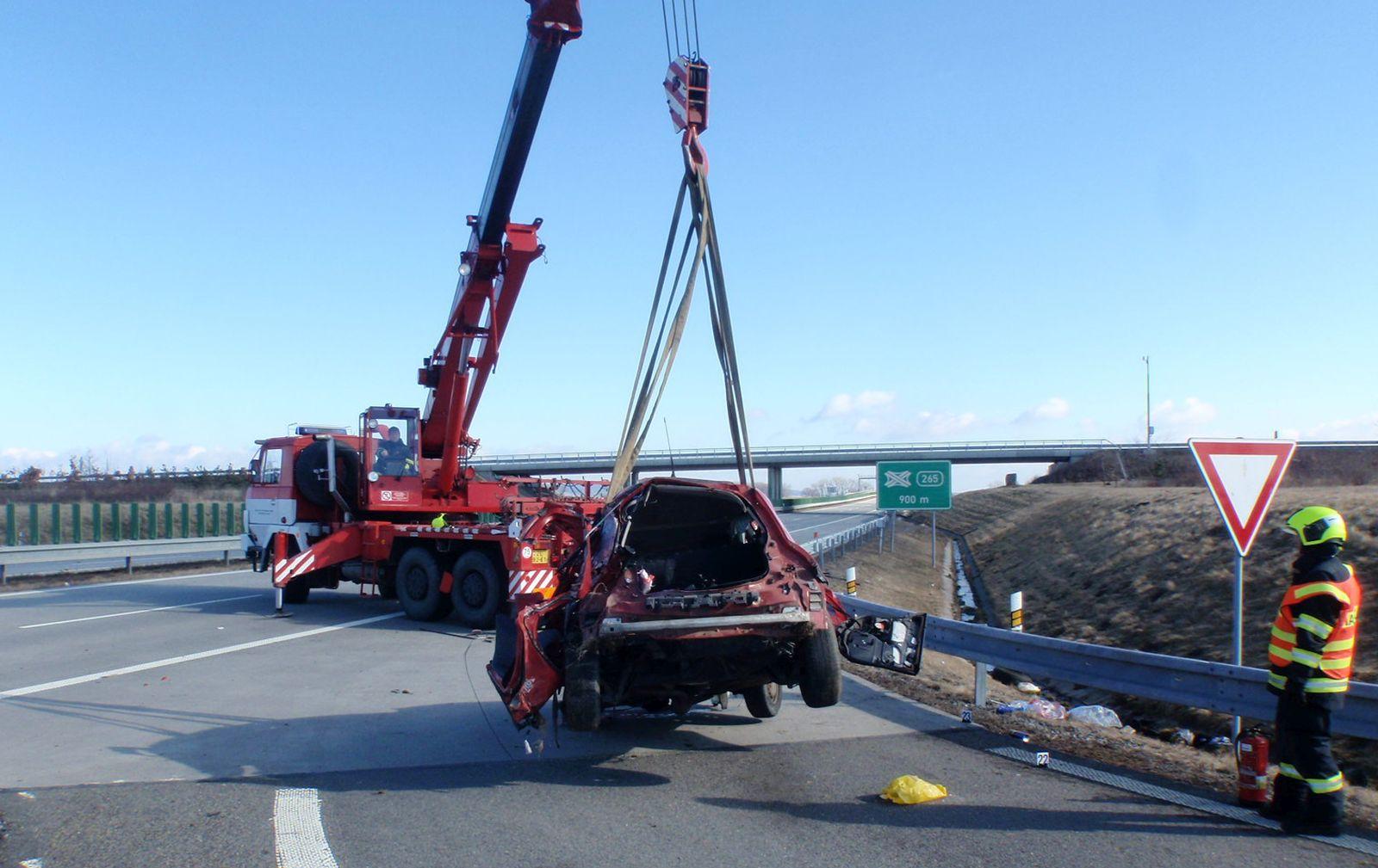 Smrtící D1: u Hulína v sobotu bouralo auto, mladík nehodu nepřežil