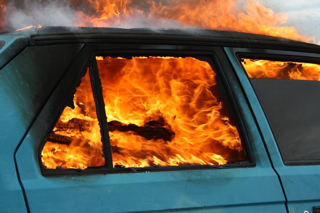 Noční požár dvou osobních automobilů zaměstnal hasiče na Přerovsku