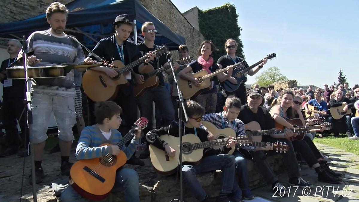 Další pokus o kytarový rekord! Hudebníci se sejdou na hradbách už tuto neděli