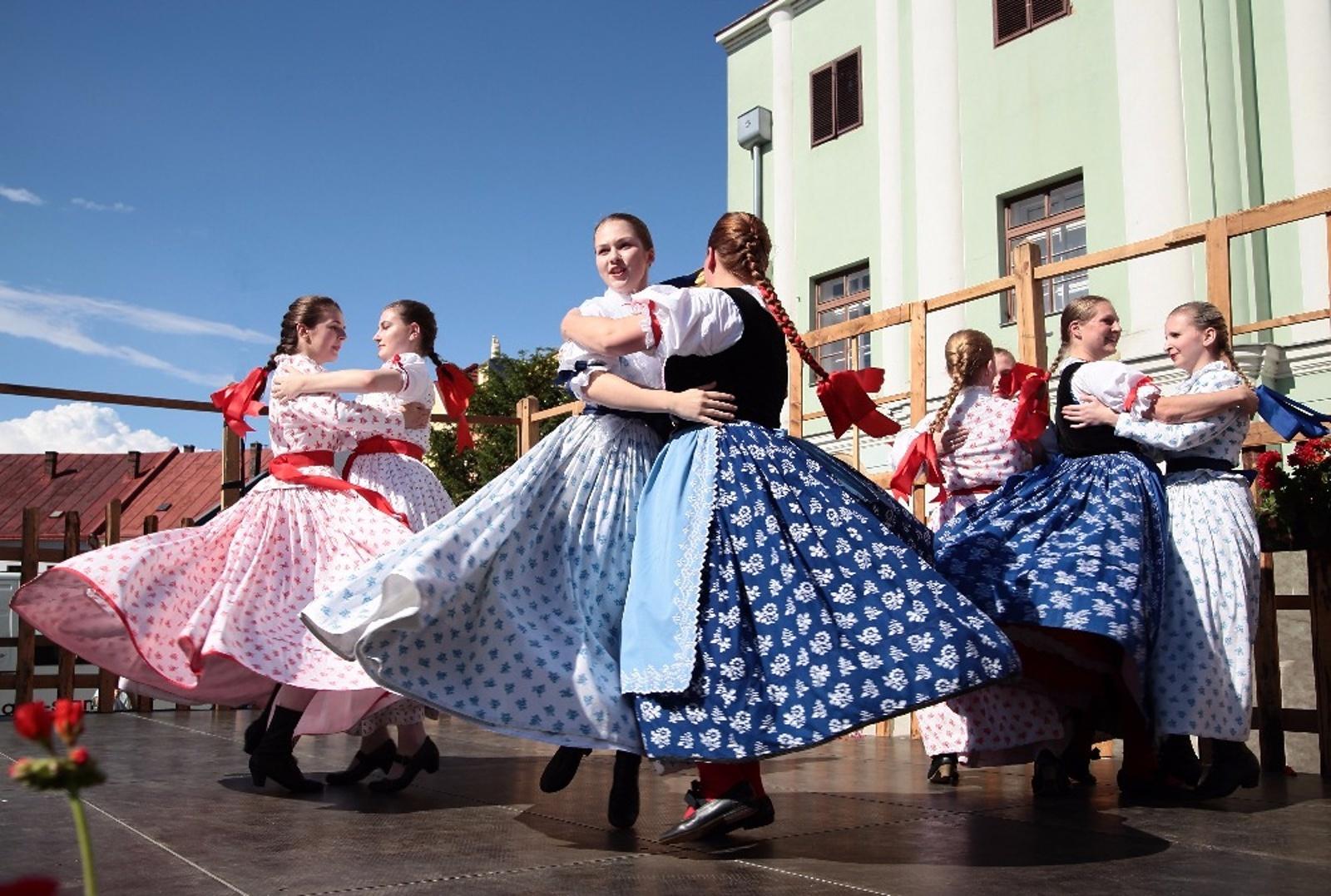 Folklorní festival nepřekazil ani ranní déšť, Horní náměstí zaplnily kroje a  muziky