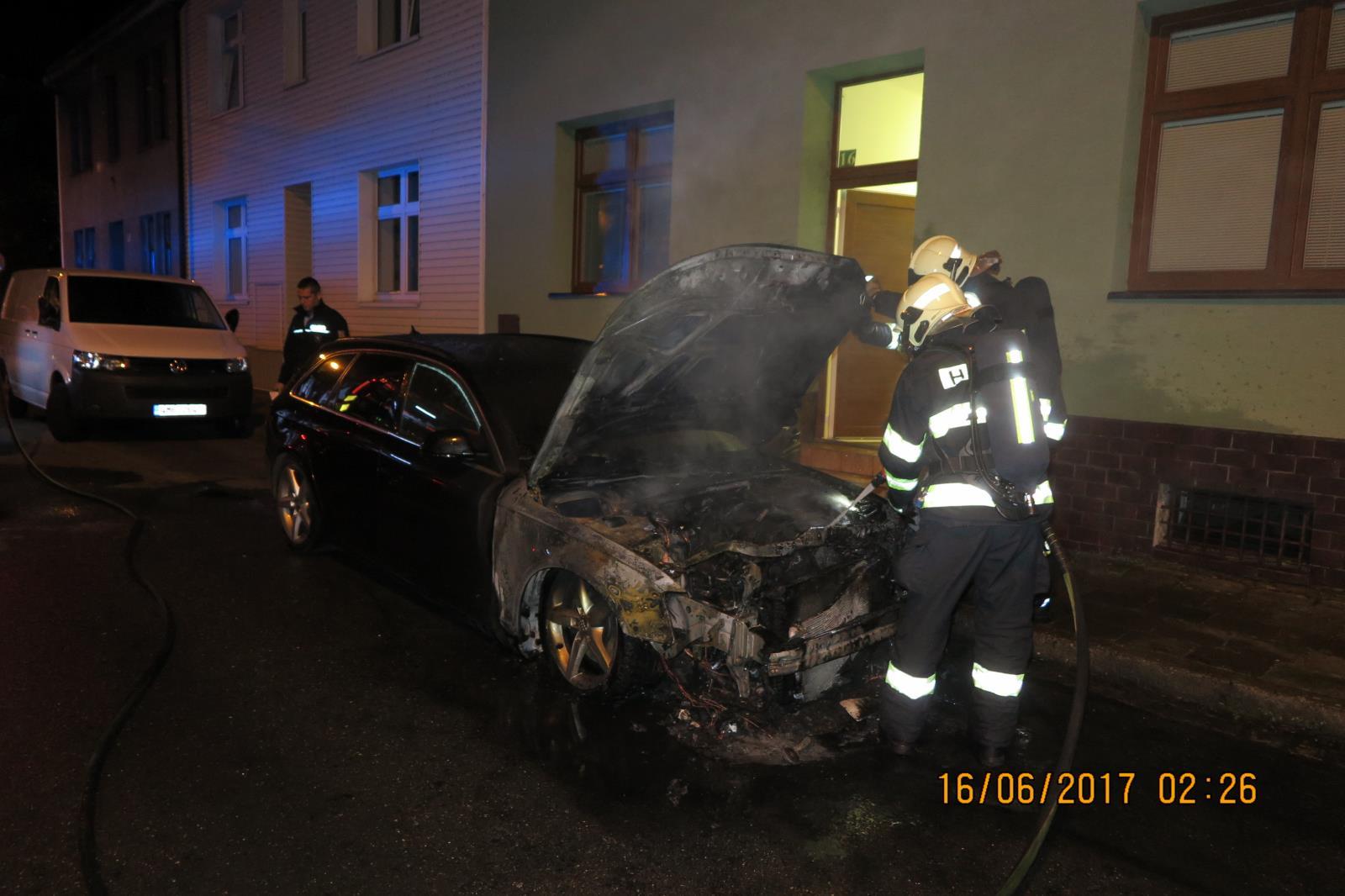 Požár zničil zaparkované vozidlo v Přerově