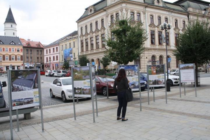 Před radnicí si můžete prohlédnout výstavu o proměnách českých měst