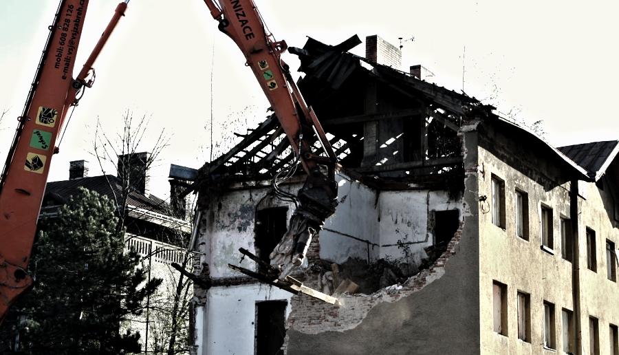 Domy ve Škodově ulici jdou k zemi. Vybydlené ghetto bourá bagr