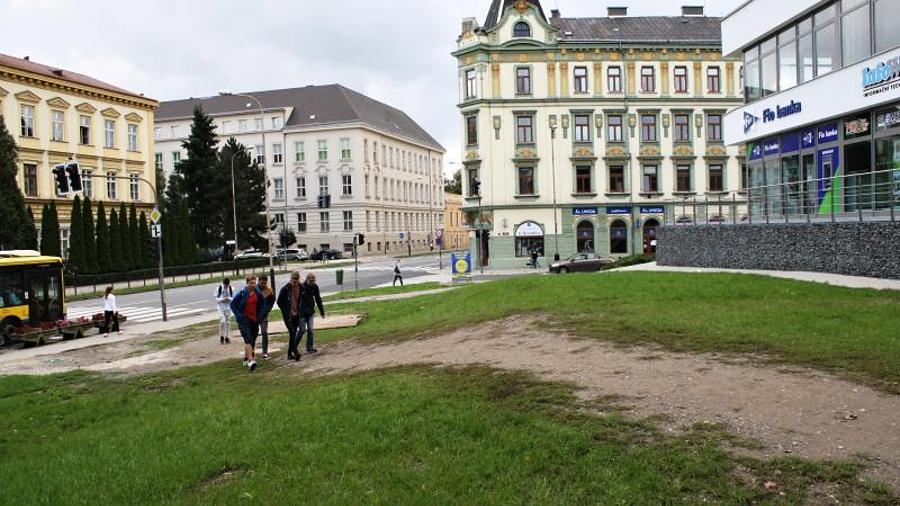Vyšlapanou zkratku v trávě nahradí chodník