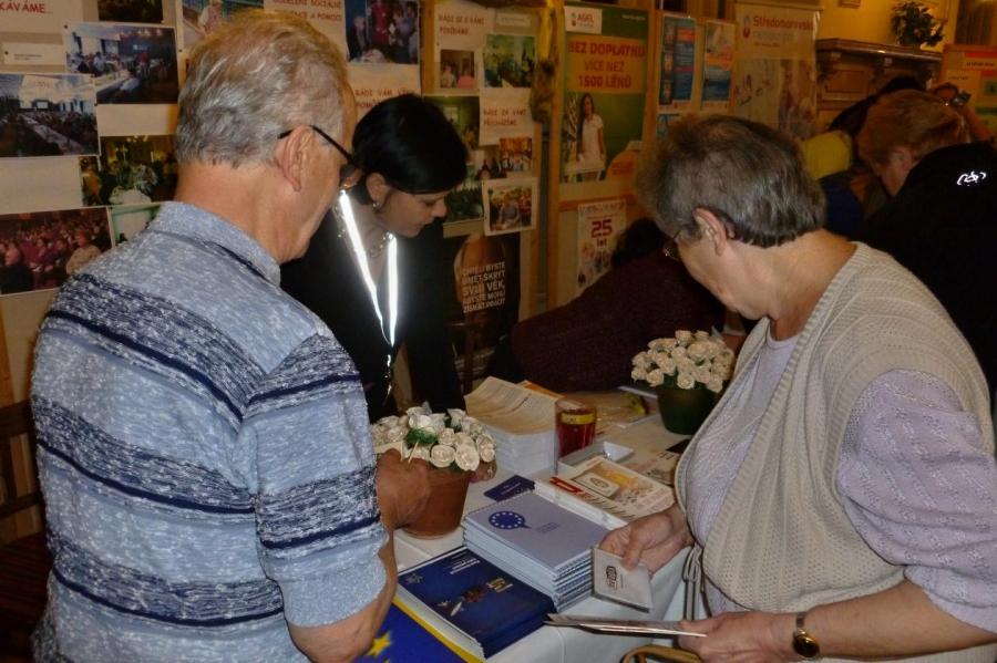 Senioři dostanou dárek ke svému svátku. Přednášky, ukázky i koncert Pavla Vítka