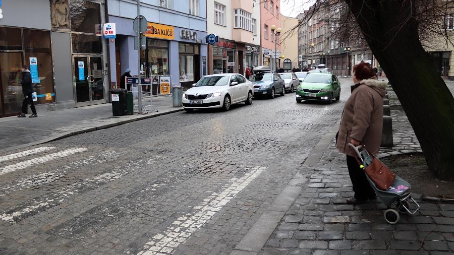 Žulové kostky v Kratochvílově ulici už nebudou mít lože z kameniva, ale z cementové malty