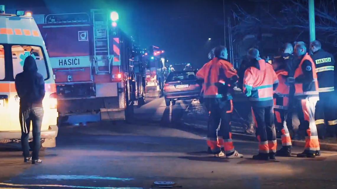 V Horní Moštěnici hořelo, z hustě zakouřených prostor hasiči zachránili 13 osob