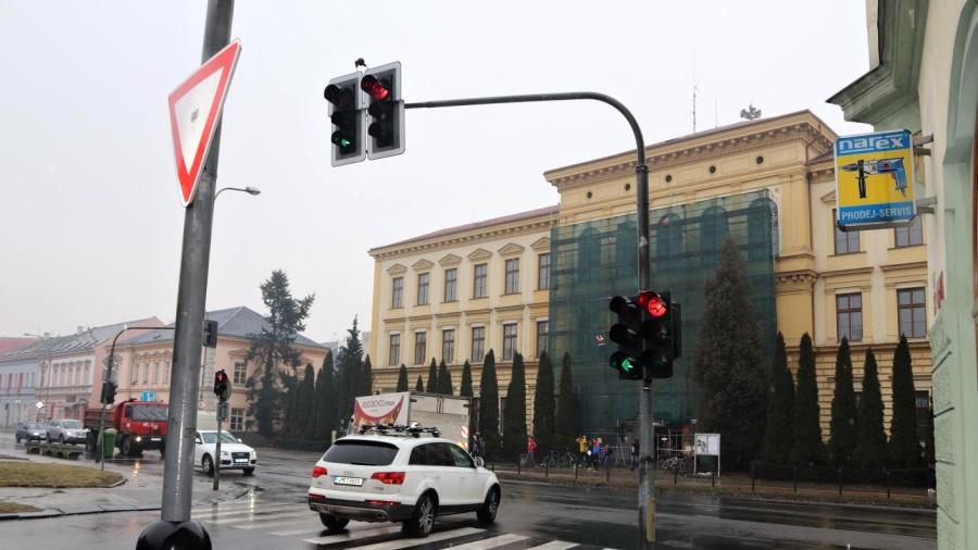 Nový semafor a změna hranice křižovatky – to čeká letos na jaře Palackého ulici
