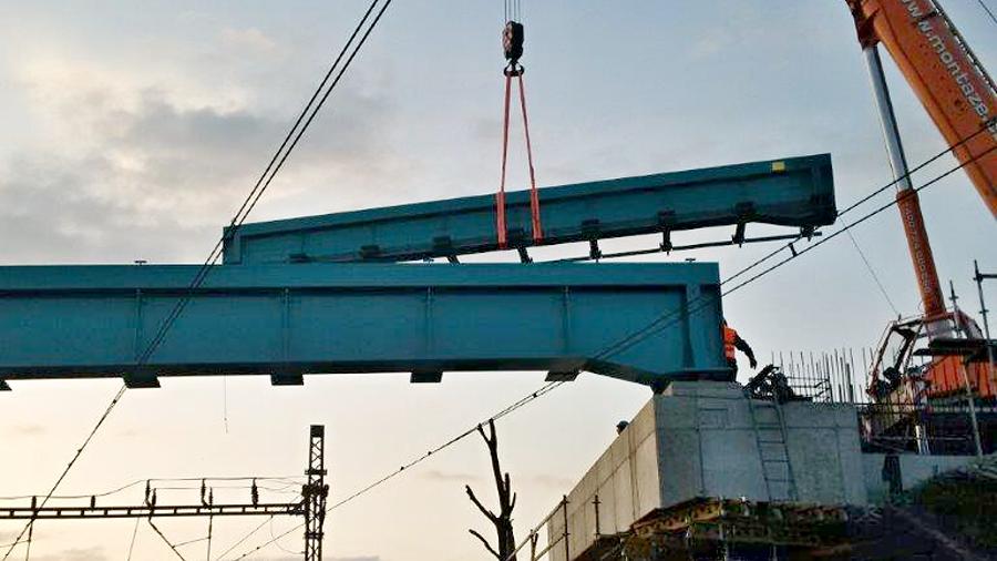 První konstrukce Dluhonských mostů je už na místě.