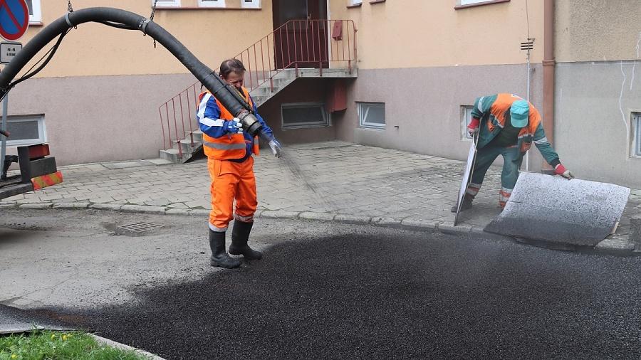 Do výmolů se dostane 165 tun materiálu. Výtluky se vPřerově opravují novou metodou