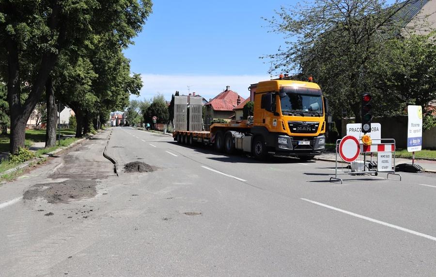 Oprava povrchu silnice uzavřela ulici 9. května. Neprůjezdná je od hřbitova až po Durychovu