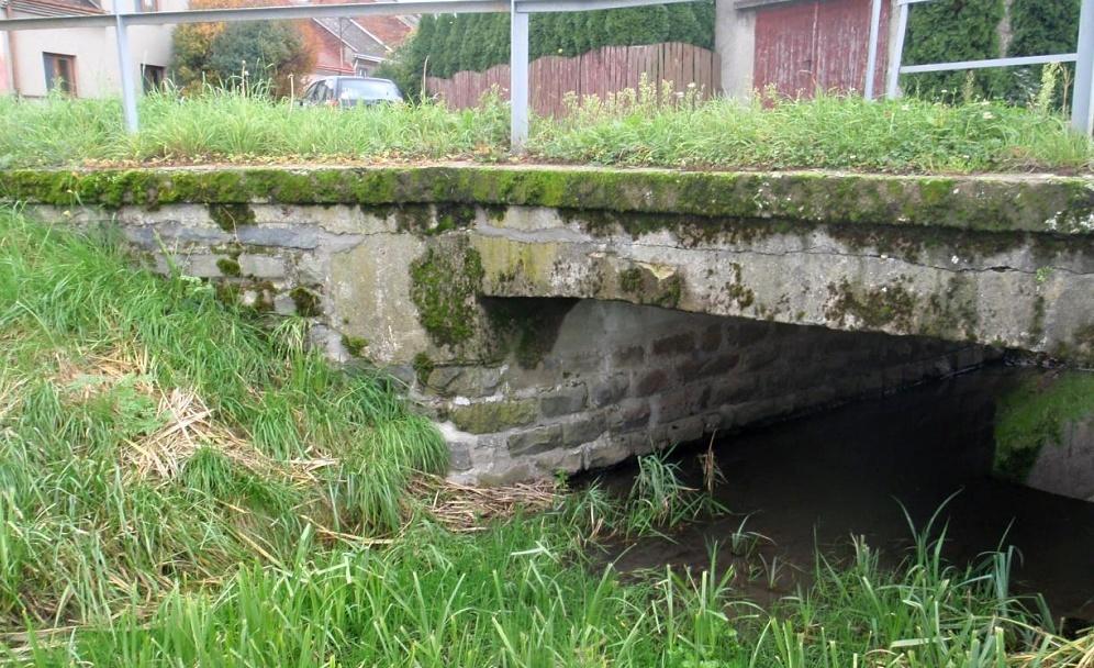Silniční most v Lověšicích čeká oprava. Z koryta pod mostem bude vytěženo bahno