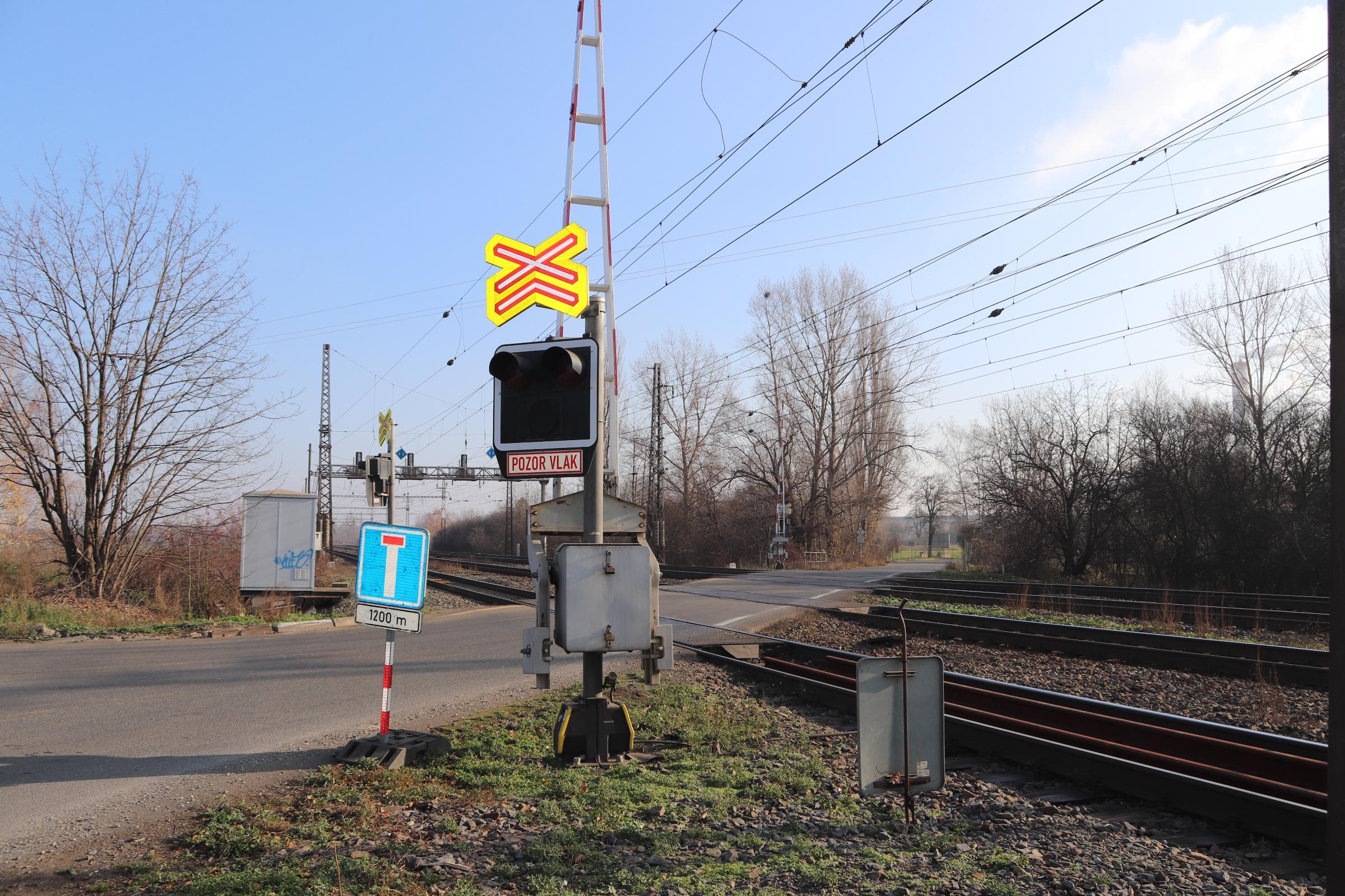 Železniční přejezd u Dluhonic se bude opravovat, na dva dny se pro dopravu zcela uzavře