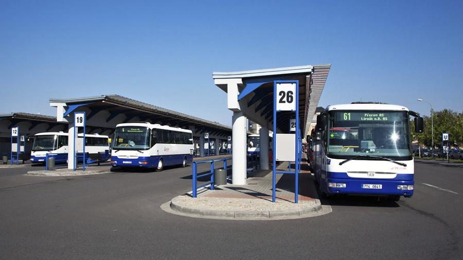 Veřejná doprava bude dál jezdit v prázdninovém režimu
