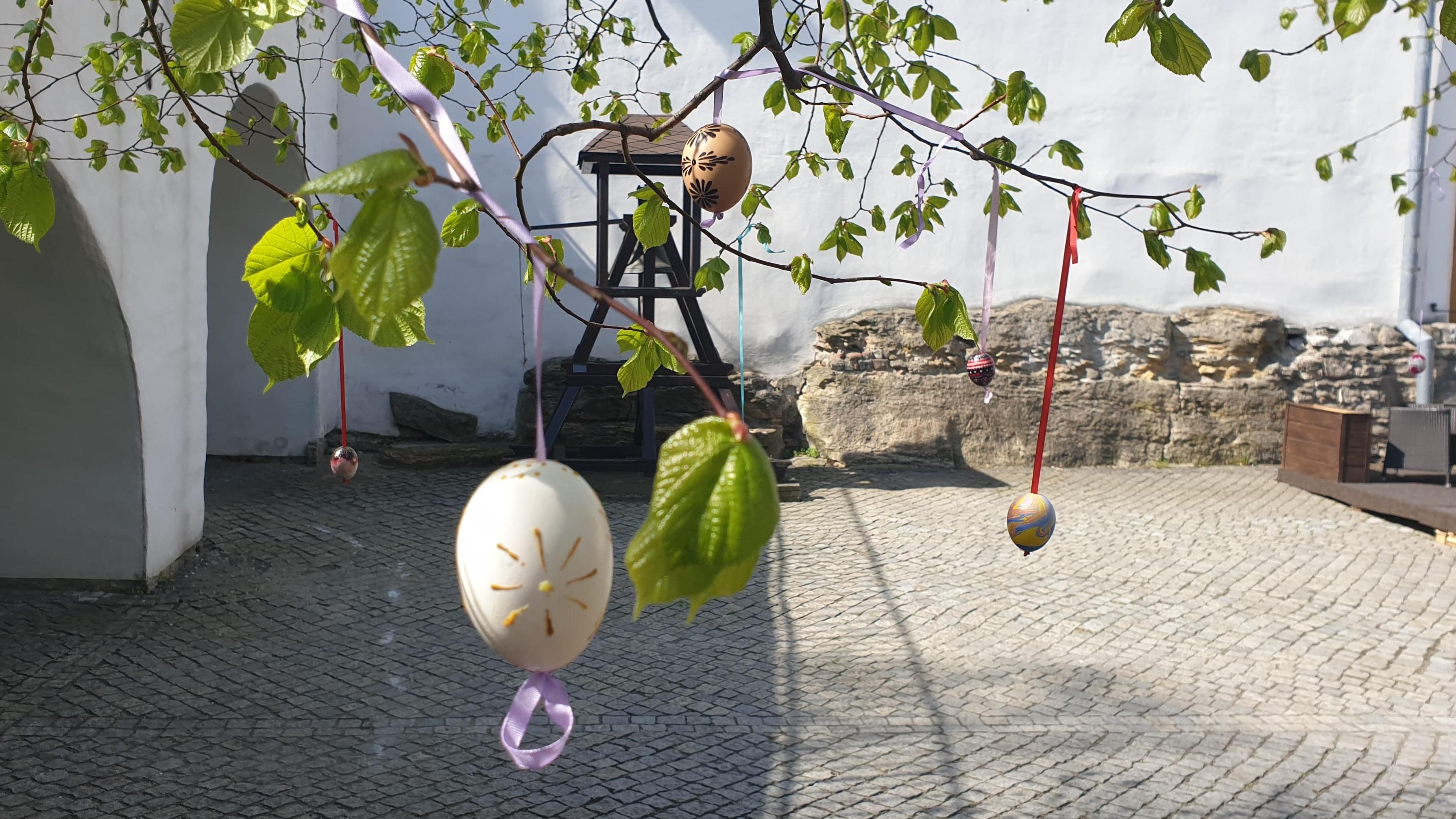 Velikonoční vajíčka zdobí strom na Horním náměstí. Zapojit se můžete i vy