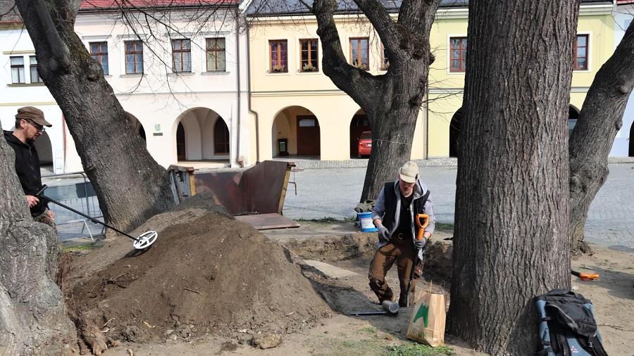 Archeologové zkoumají studnu na Horním náměstí. Průzkum platí magistrát kvůli starým lípám