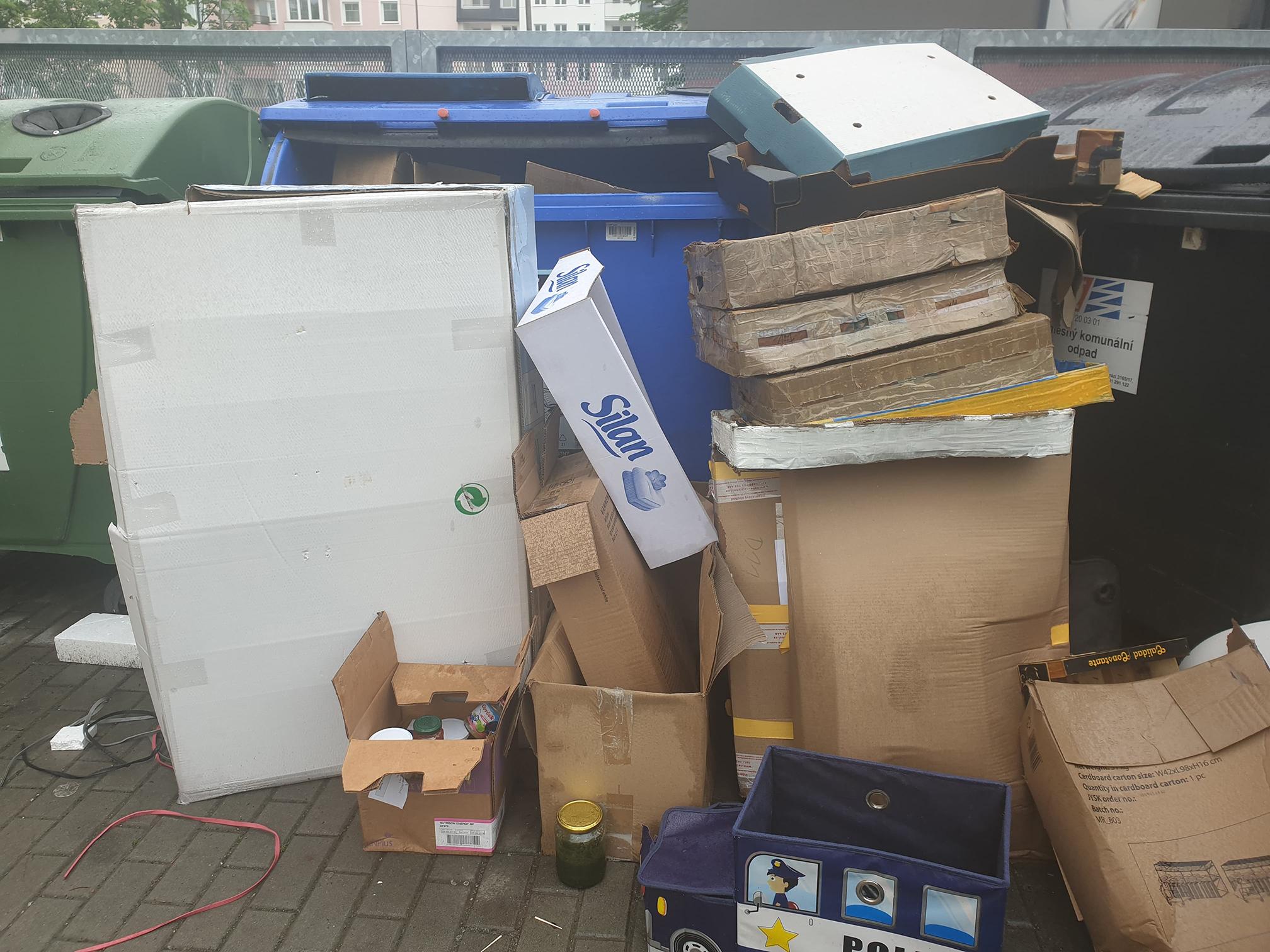 Město Přerov muselo zvýšit počet svozů odpadu. Na vině jsou nesložené papírové krabice