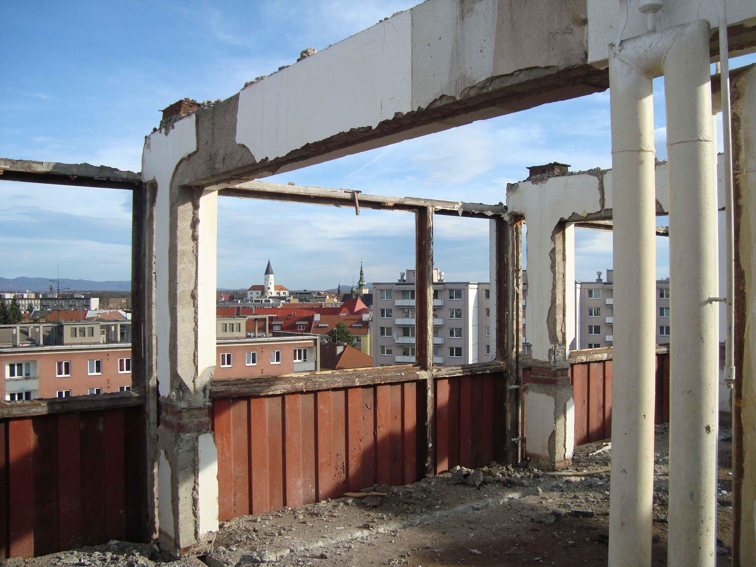 FOTOGALERIE: Demolice bývalé ubytovny Chemik je v plném proudu