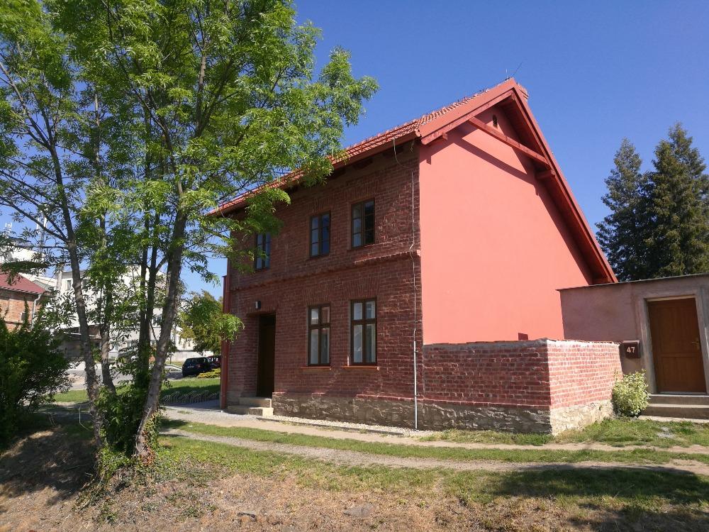 Hotovo. Červený domek v Kostelci na Hané opět připomíná básníka Petra Bezruče