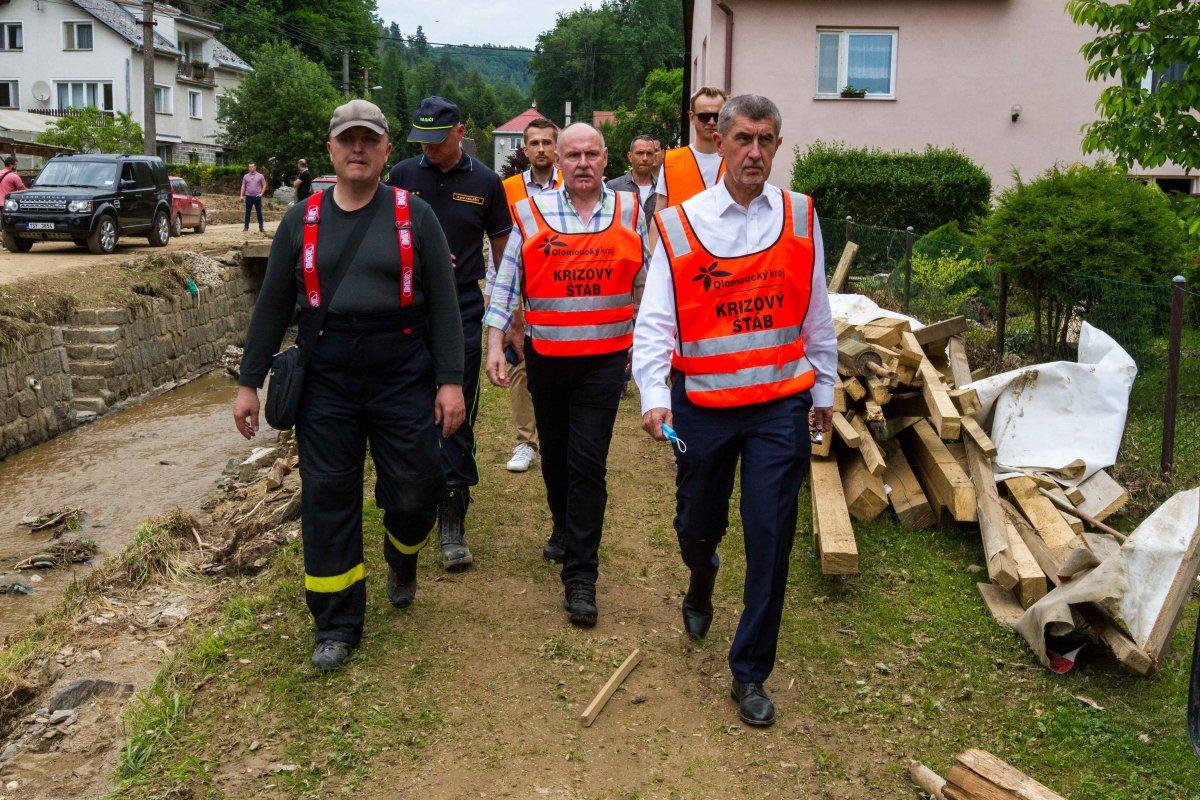 Hejtman s premiérem navštívili vytopené obce a slíbili další pomoc