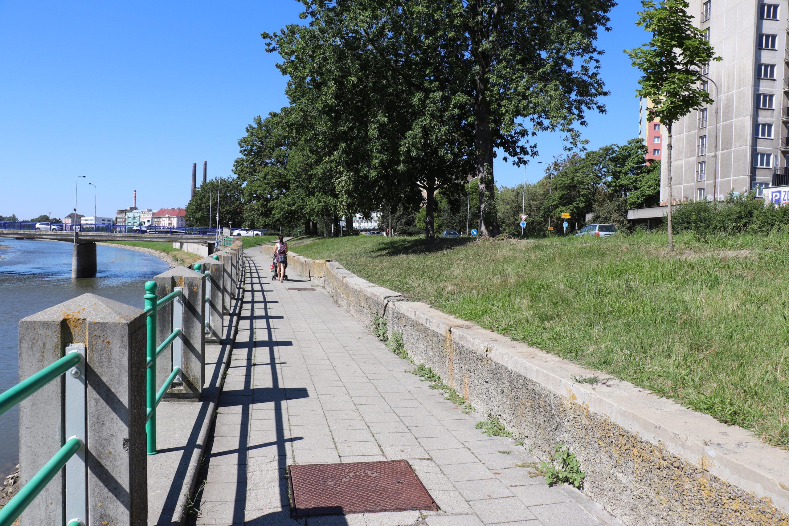 Zídka na nábřeží Bečvy se dočká renovace. Přibudou i nové lavičky