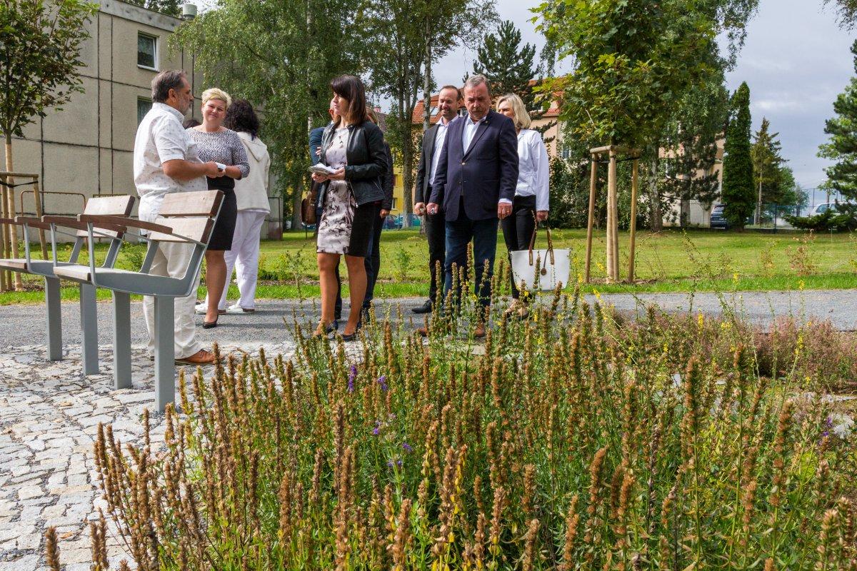 Léčebný ústav má nový park. Voní květinami a umí zahnat stres