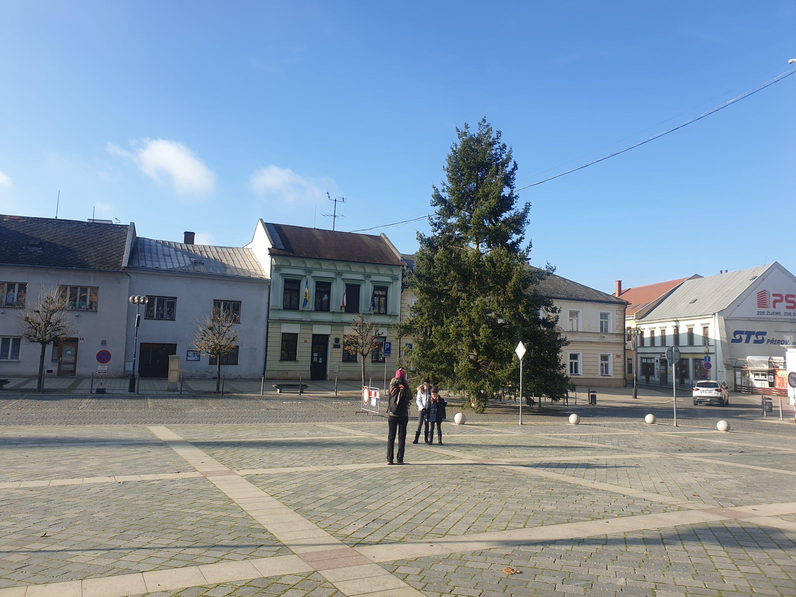 VIDEO: Na náměstí TGM doputoval stromeček. Rozsvítí se v neděli 29.11.