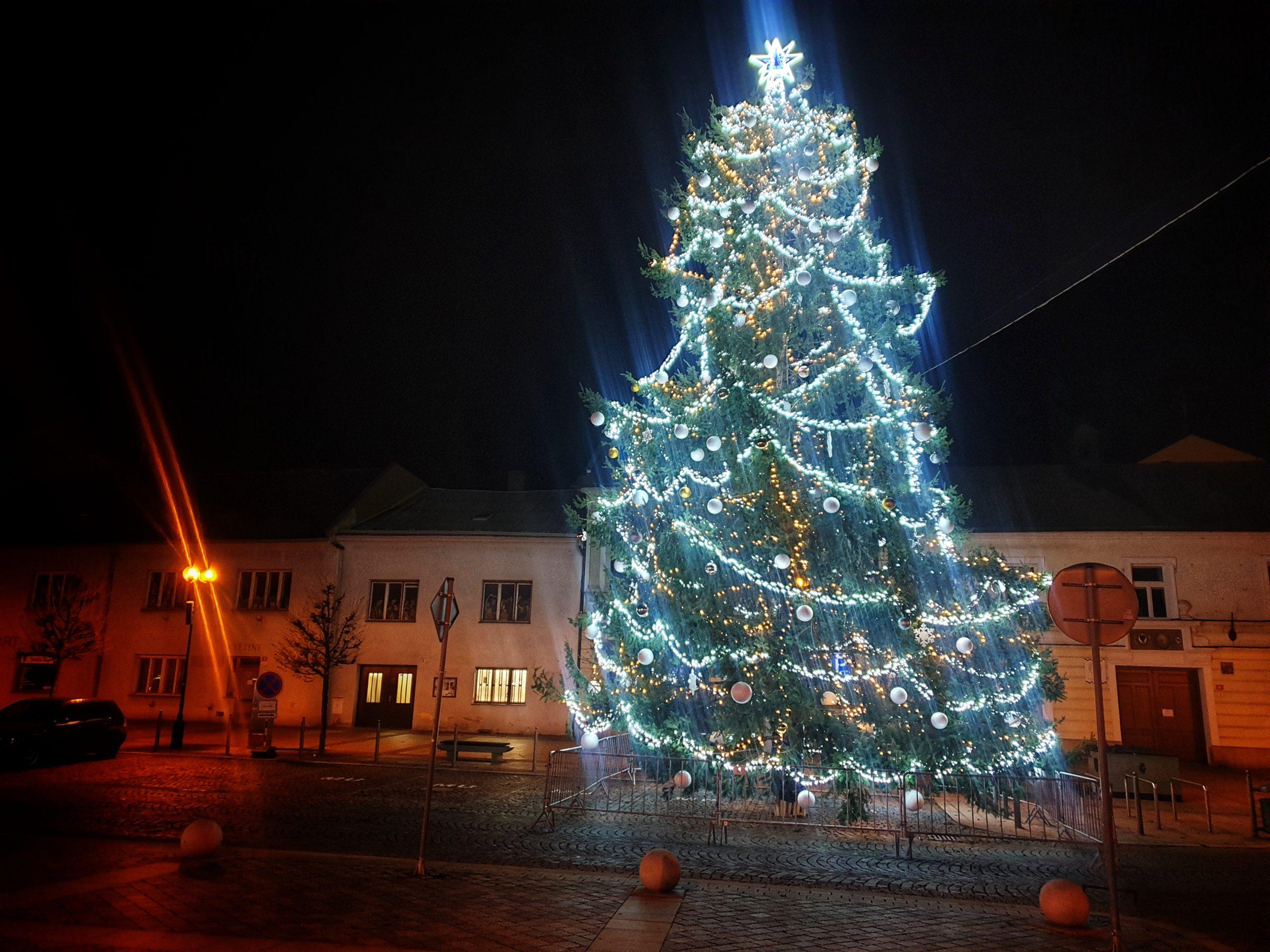 Stromeček na náměstí se rozsvítil netradičně v 6 hodin ráno a bez diváků