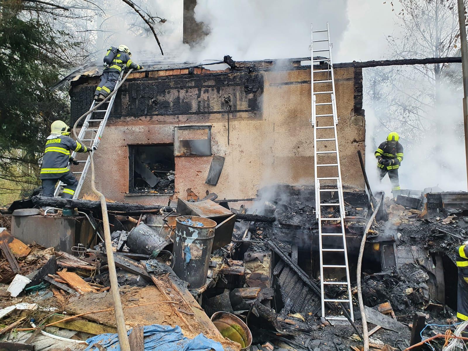 FOTOGALERIE: Chatu nedaleko Jadranu zlikvidoval požár. Nikdo nebyl zraněn